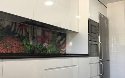 Cocina blanca encimera Dekton Domoos y frente cristal
