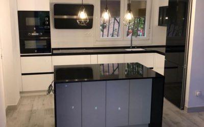 Cocina blanca con detalles de cristal negro