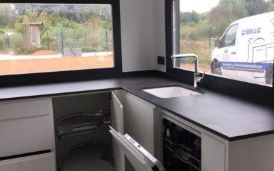 Instalación de cocina, sofá cama y mesa abatible