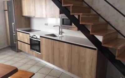 Cocina en el hueco de la escalera