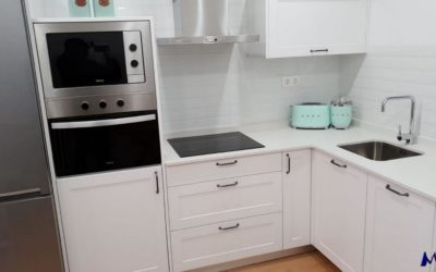 Cocina con puerta moldurada en polilaminado