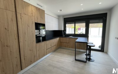 Cocina en acabado madera y altos en fénix blanco