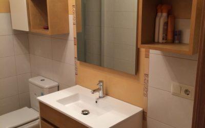 Mueble de baño colgado a dos tonos