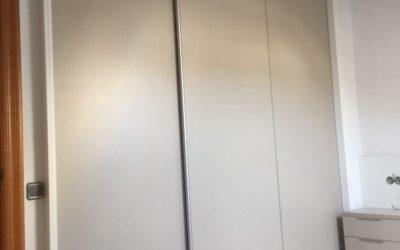 Armario corredero reducido en habitación Abuhardillada