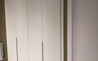 Armario de cuatro puertas batientes en blanco