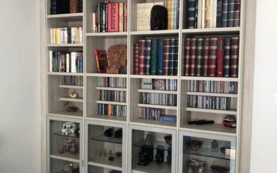 Librería a medida en acabado roble blanco