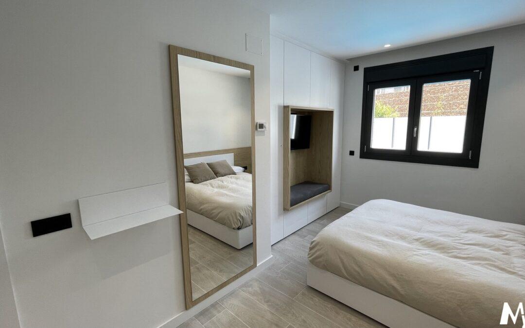 Dormitorio y baño acabados madera